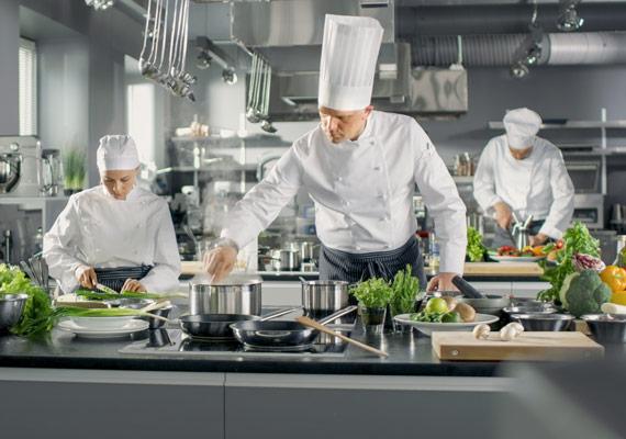 MENÜPLAN Köche bei der Arbeit mit frischen Zutaten für smartes Convenience Food