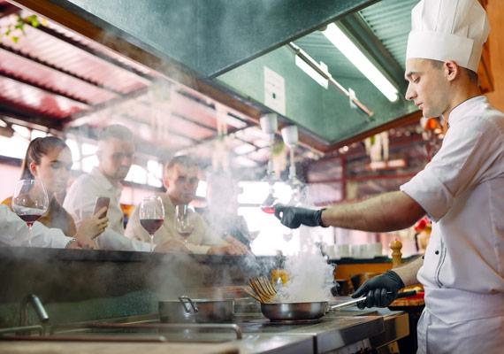 Koch von MENÜPLAN bei der Arbeit –show cooking mit frischen, regionalen Zutaten für smarte Convenience Produkte.